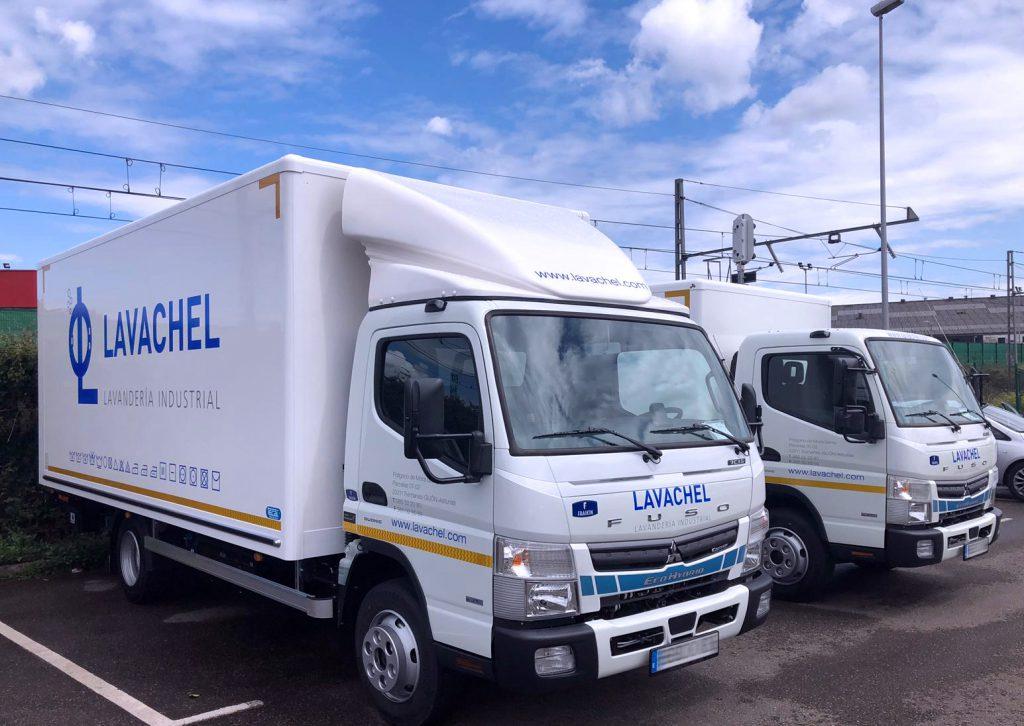 dos unidadesMitsubishiCanterFusode 7TNHibridElectricadaptadas especialmente para el transporte de carros delavandería.